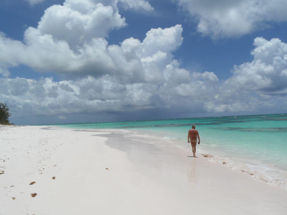 Photo in Sea and Sand #strand #meer #sonne #fkk #nackt #nudist #nudisti #enni #enny #rasiert #erotisch #sexy #sand #blau #weiss #alleine #po #bahamas #weite #wolken #frei