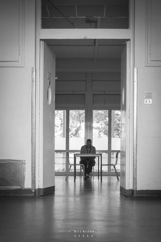 Photo in Black and White #man #newspaper #alone #room #door #uomo #giornale #solo #stanza