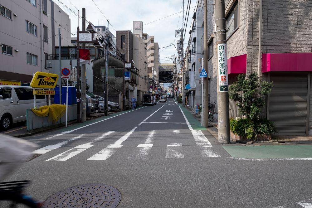 Photo in Cityscape #iwagami tetsuo #写真人 #fujifilm #fuji #x-t3 #xf14mm #japan #tokyo #city #town #urban #street #road #building #house #sky #car