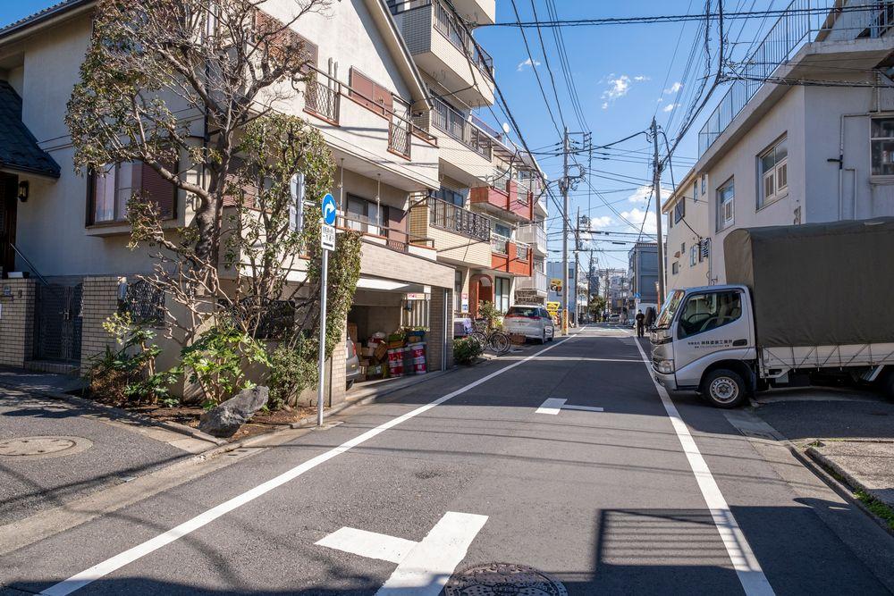 Photo in Cityscape #iwagami tetsuo #シャシンビト #fujifilm #fuji #x-t3 #xf14mm #japan #tokyo #city #town #urban #street #road #car #house #sky #day