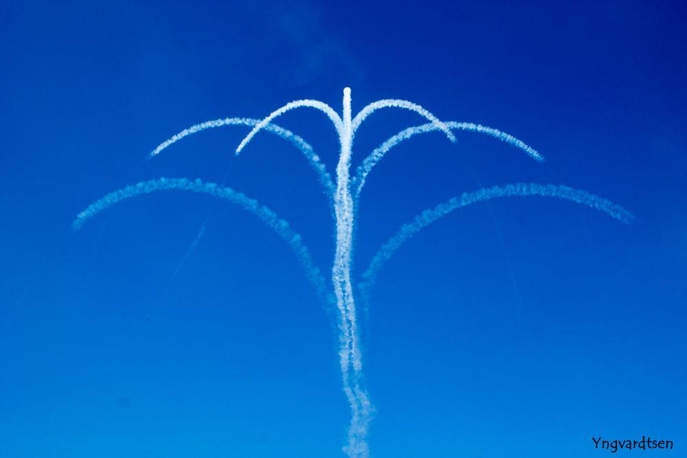 Photo in Random #sky #blue #plane #jet #clouds #wind #yfoto.dk #white #palm