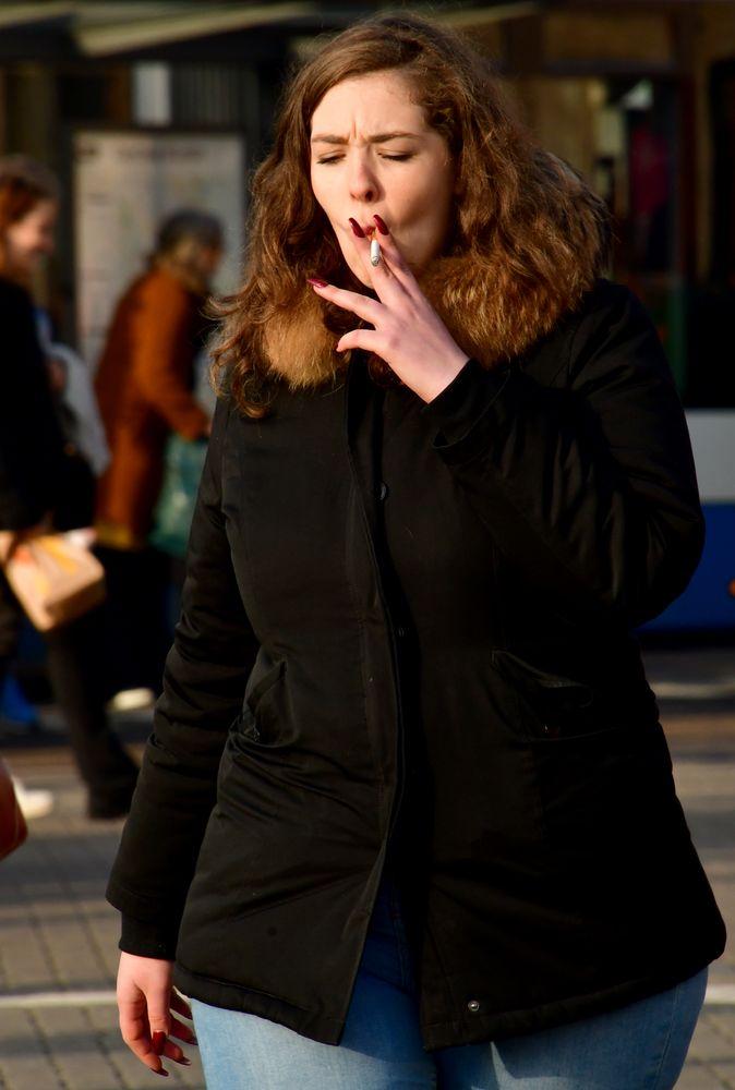 191218 Amsterdam - Streetlife - Enjoyment of a cigarette 1002