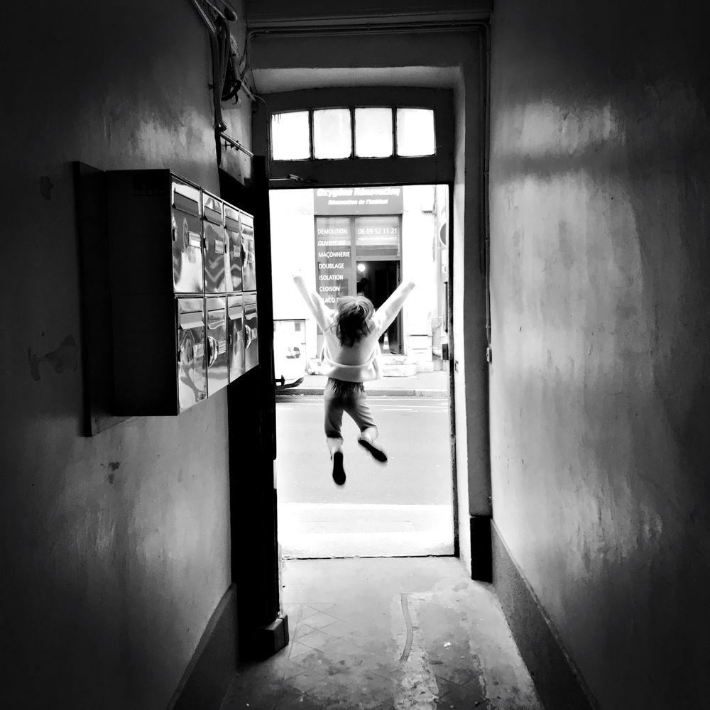 Photo in Black and White with model Adélie GAL-REGNIEZ #david gal-regniez #lockdown #confinement #rue #porte #door #street #jump #saut #fille #girl