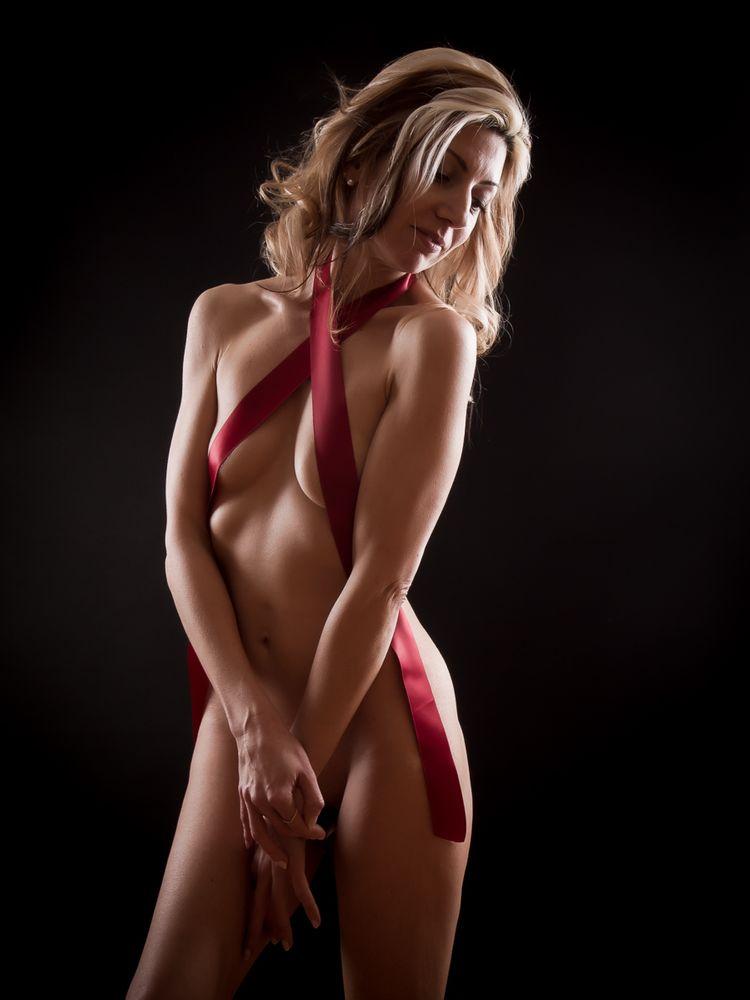 Photo in Portrait with model Kaly Mode #ribbon #red #portrait #naked #blonde #girl #black #body #skin #boudoir