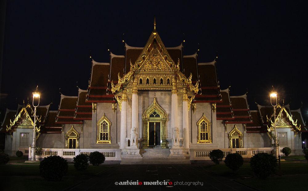 Photo in Architecture #templo #asia #shrine #night photography #fotografía nocturna #thayland #thayland shrine #tailandia