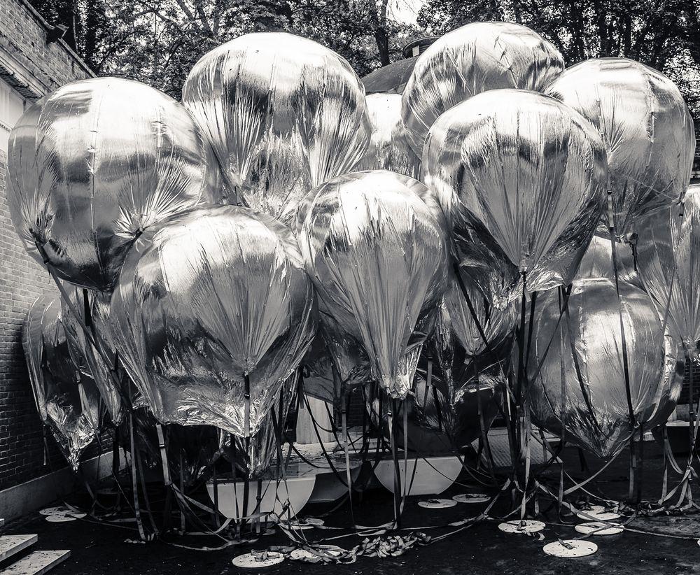 Photo in Black and White #silber #schwarzweiß #venezia #ballons #silver balloons