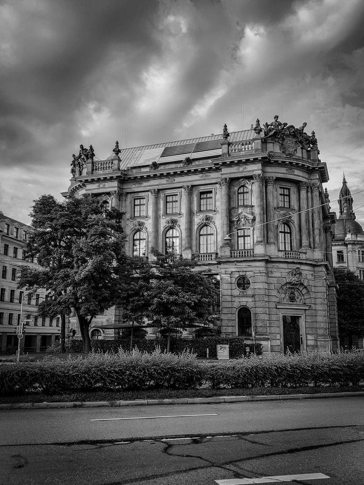 Photo in Random #bw #bnw #blacknwhite #blackandwhite #blackandwhitephotography #city #travel #cityarchitecture #clouds #germany #münchen #munich #street #streetphotography #building #citycenter