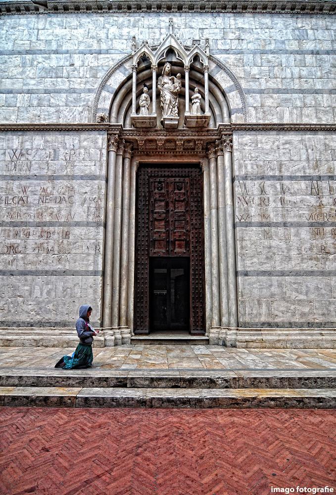 Photo in Cityscape #begger #pisa #religion