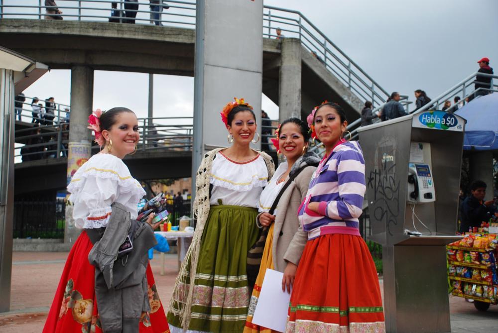 Photo in Street Photography #folklor #polleras #danza #baile #puente #teléfono