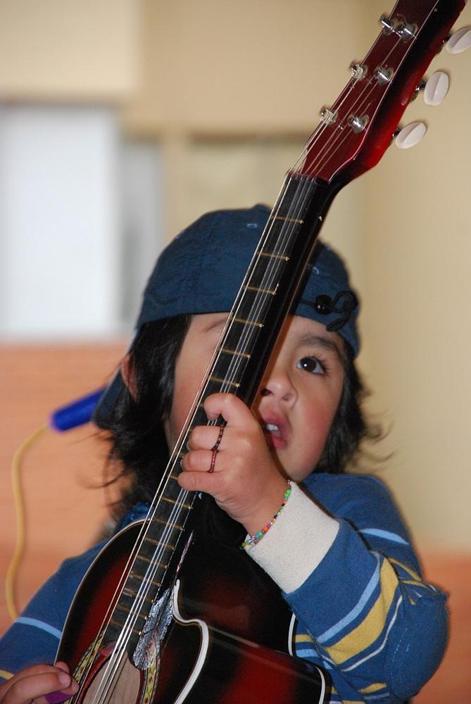 Photo in Concert #niño #guitarra #pulsera #anillo