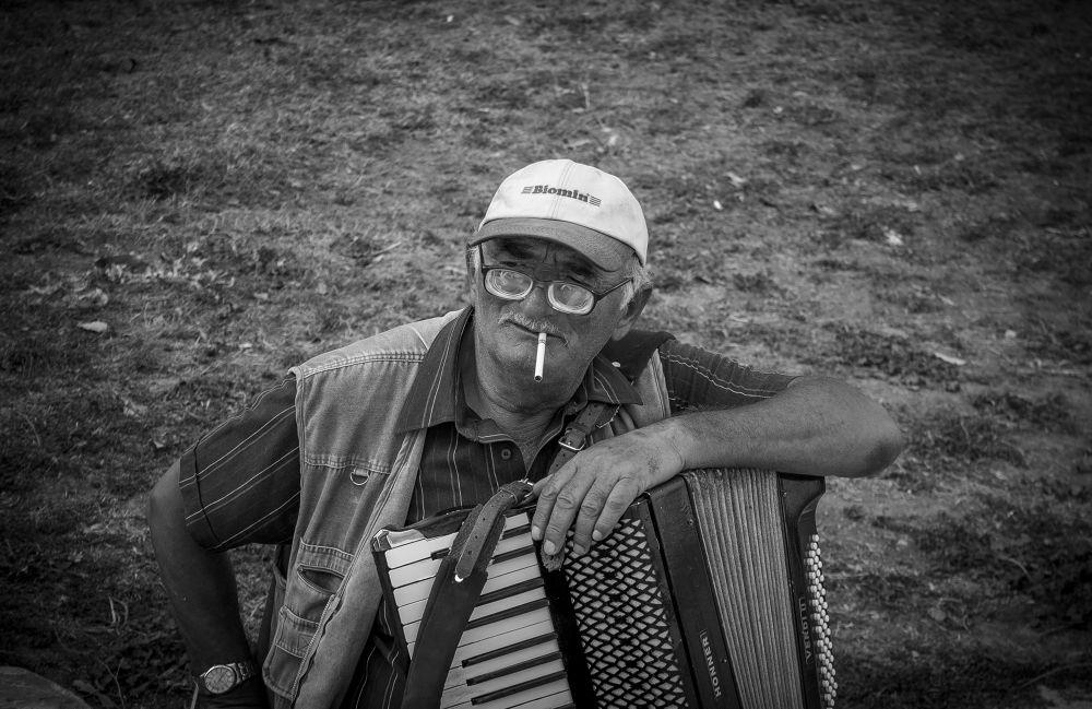 Photo in Street Photography #summer #summer 2013 #romania #constanta #b&w #black and white #black & white #street #street photography #portrait #portrait photography #landscape #canon #canon eos #canon eos 1100d #1100d #ypa2013 #people #bokeh