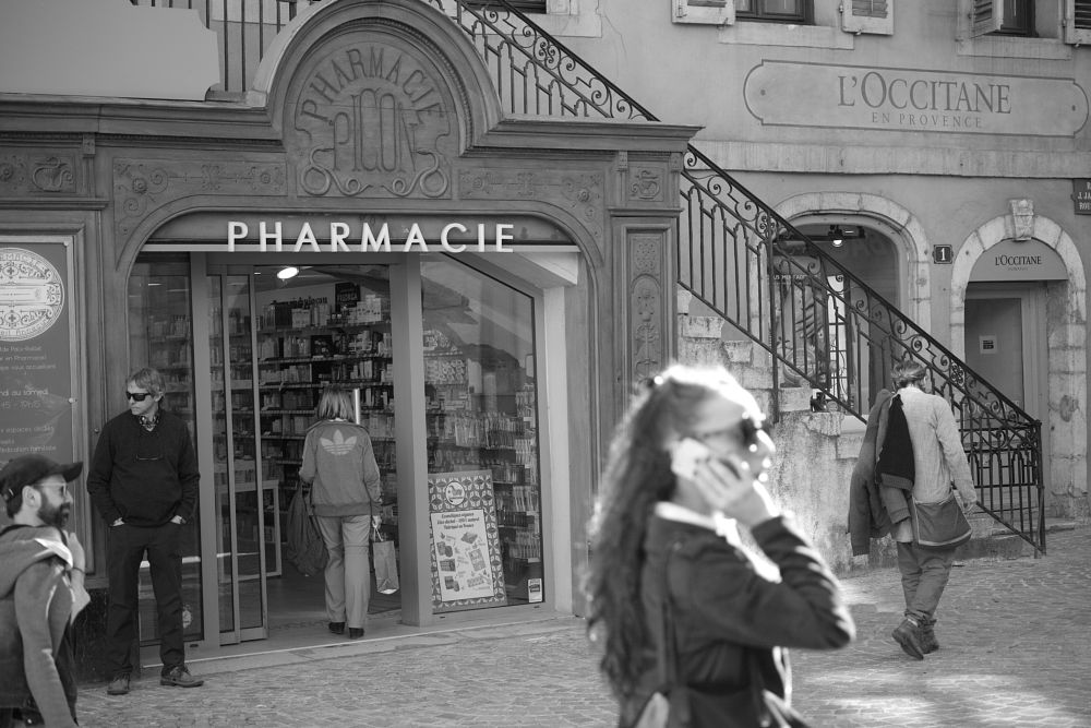 Photo in Street Photography #pharmacie #vieille ville #annecy #n&b #street