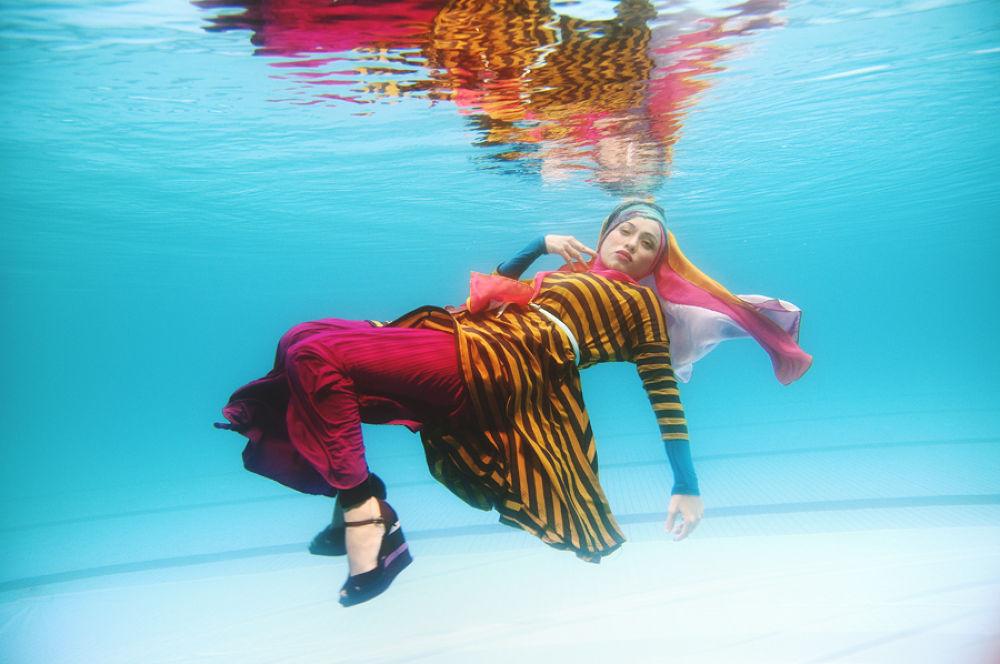 Photo in Underwater #wedding #underwater #swimming #pre wedding #swimming pool #scuba diving #underwater photography #underwater fashion #underwater camera #underwater portraits #post wedding
