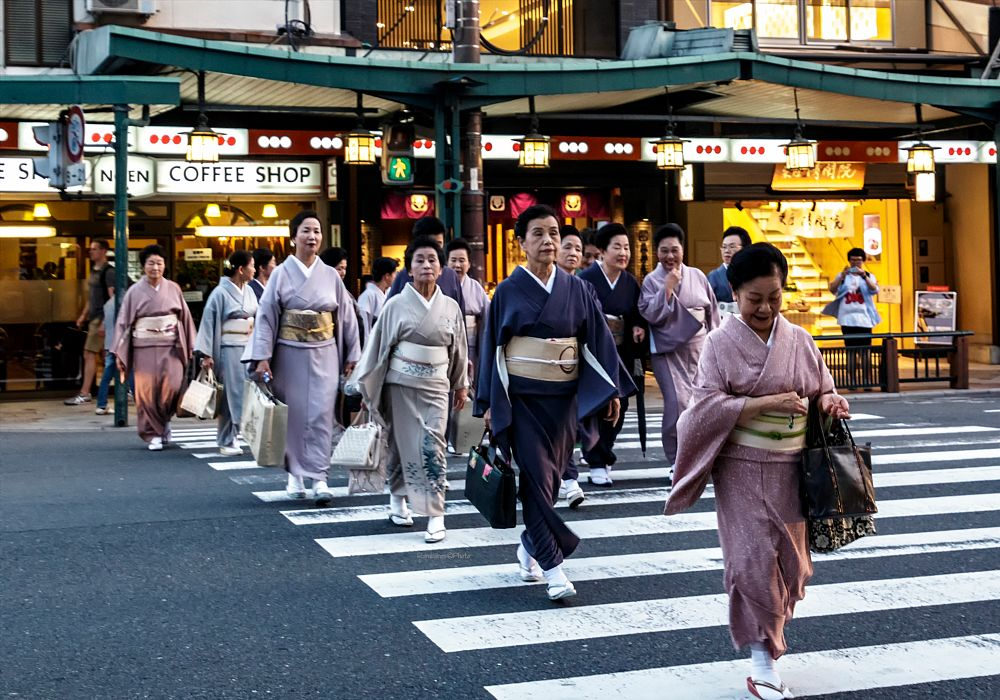 Photo in Street Photography #mujeres #japonesa #trajes #tipicos #ropa #calle