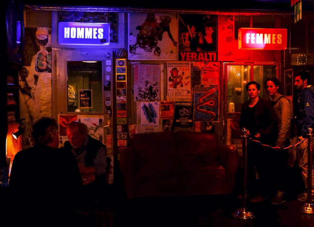 Photo in Street Photography #hommes femmes #colour #bar #night #bar leshalle in zürich #fuji x100s #streetcontest