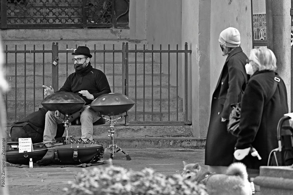 Photo in Black and White #persone #strumenti musicali #handpan #busker #street #musicista di strada #urban #citta #street photography #street artist #monochrome #bianco e nero #black and white #bianco #white #nero #black #bn #bw #b/n #b&w