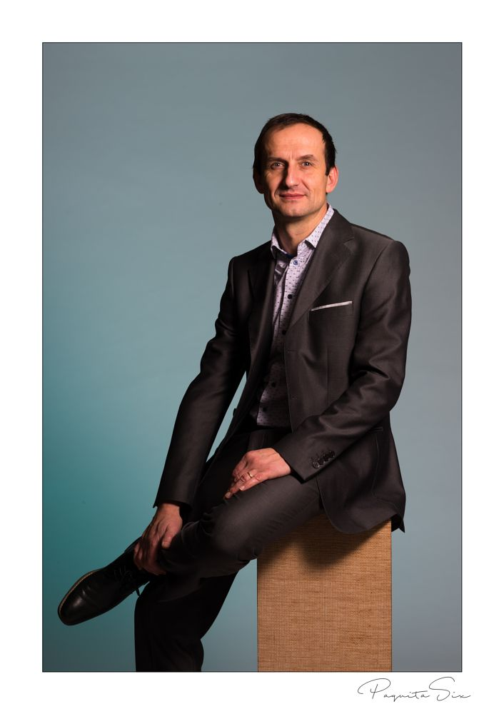 Photo in Portrait #man #suit #bussines #color #outerborder #portrait