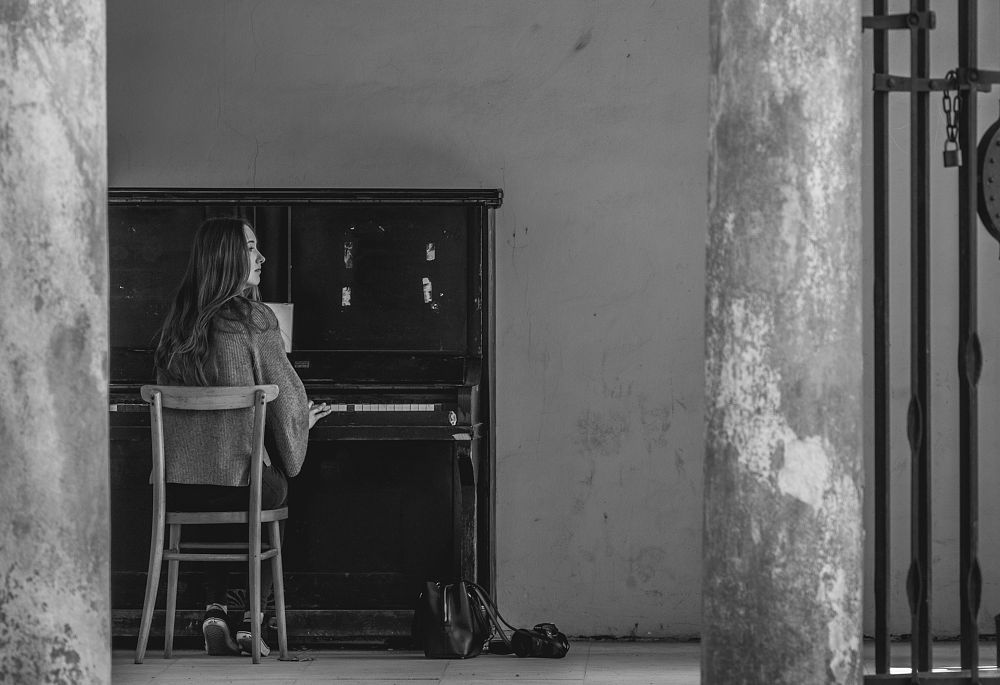 Photo in People #piano #girl #black and white #pentacon #city