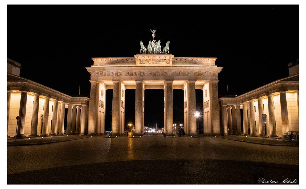 Photo in Travel #brandenburger #brandenburg #germany #berlin #nofilter #trip #travel #landscape #deutschland #eurotrip #photography #night #gate