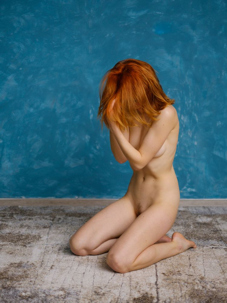Photo in Nude #akt #dauerlicht #frau #glamour #model #mädchen #personen #studio #wand #colorful #constant light #drinnen #farbenfroh #female #ginger #girl #glam #indoors #langbeinig #lange haare #langhaarig #leggy #long hair #nude #people #redhead #rothaarig #wall #woman