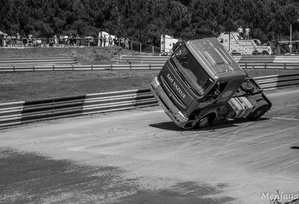 Photo in Vehicle #truck #freestyle #outdoor #vehicle #pilot #summer #racetrack #lap #day #natural light #blackandwhite #show #epic #black and white #people #sunny