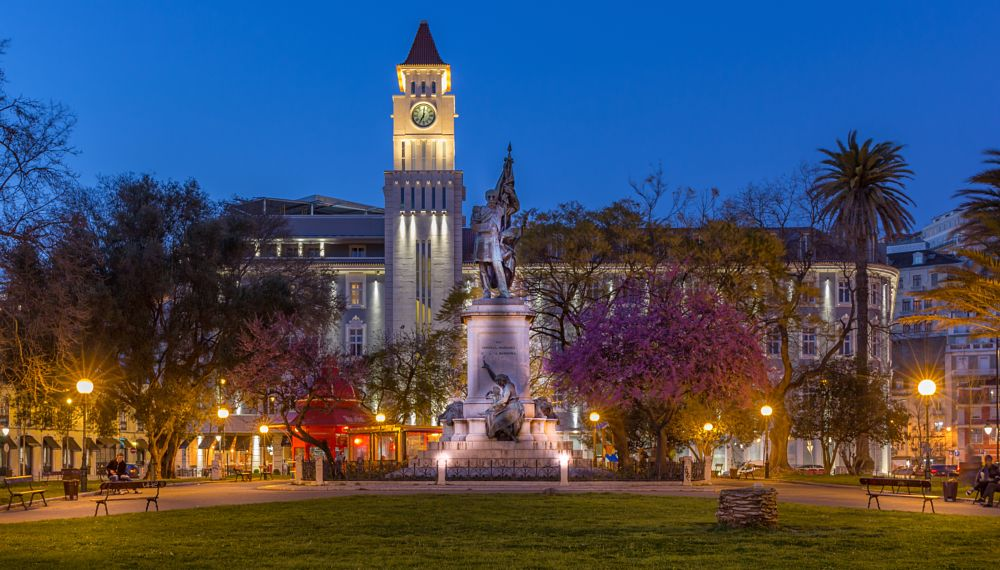 Photo in Cityscape #portugal #lisboa #garden #jardim #tower #statue #magenta #trees #lights #night #night shot #clear sky #zen mood