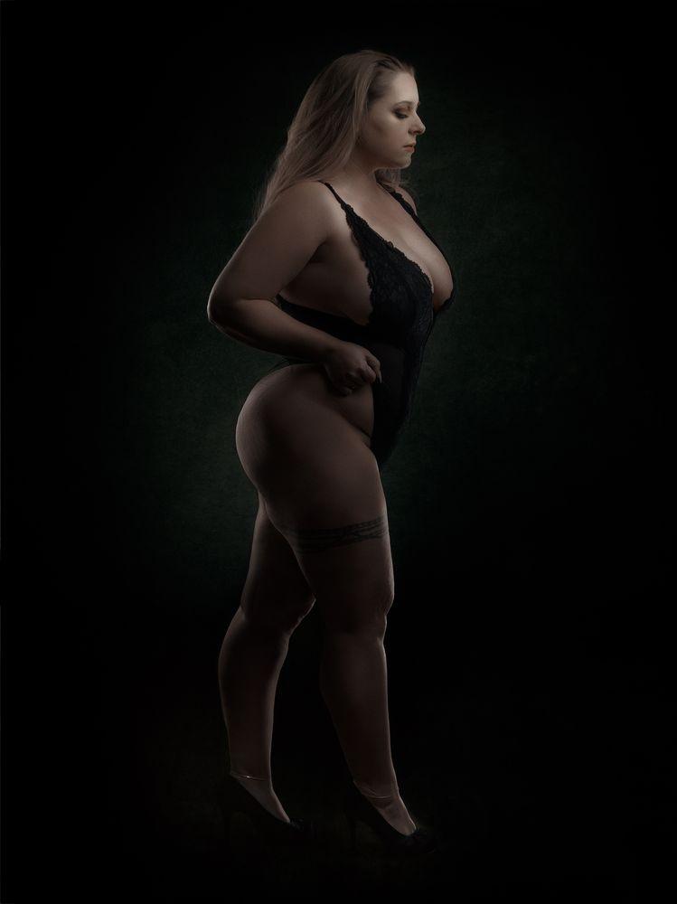 Photo in Portrait with model Ruca Angel #curvy #curvymodel #danish #girl #finale #lowkey #portrait #sensual #busty #plussize